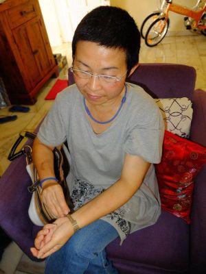 Ong menunjukkan jam tangannya yang rosak dalam kejadian beliau diserang oleh seorang wanita selepas beliau menasihatinya supaya tidak melakukan pembakaran terbuka di kawasan kejiranan di Taman Intan, Sungai Petani. Foto ihsan CHINA PRESS