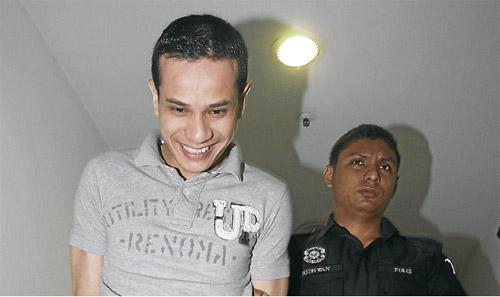 Gambar fail menunjukkan Zack dibawa ke mahkamah oleh polis ketika ditahan sebelum ini akibat tuduhan mengedar dadah.
