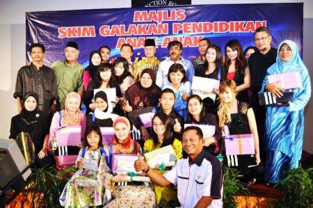 Anak-anak ahli Seniman yang menerima sumbangan Skim Galakan Pendidikan Anak-anak Cemerlang di K Klub, Taman Melawati pada Jumaat lalu. - Foto oleh HANAFI BOY ALONG
