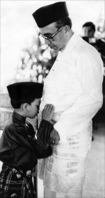 KENANGAN LALU...Nazir bersama-sama ayahandanya Tun Razak pada majlis sambutan Hari Raya Aidilfitri.