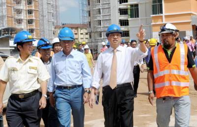 Liow (dua kanan) bersama Shaziman (dua kiri) membuat lawatan ke tapak projek Hospital Shah Alam bagi membuat tinjauan perkembangan pembinaan Hospital Shah Alam, Selasa. -fotoBERNAMA