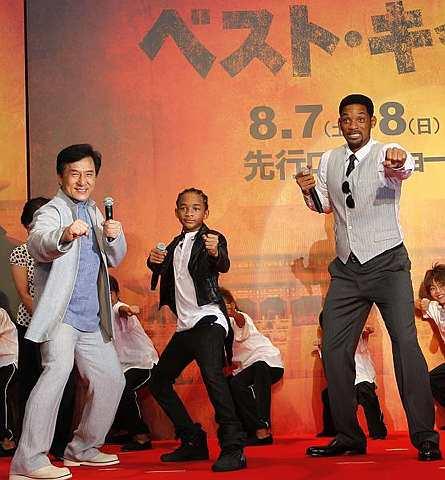 Dari kiri: Jackie Chan, Jaden dan Will Smith menunjukkan aksi selepas sidang akhbar  filem