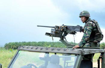 Pasukan keselamatan mengawal ketat Kampung Tanduo bagi memastikan kawasan itu bebas pengganas sebelum penduduk kampung dibenarkan pulang ke kediaman masing-masing. -fotoBERNAMA