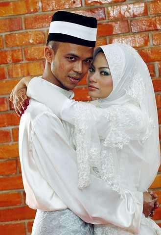Dengan dua kali lafaz, pasangan yang bertunang selama setahun sebulan ini sah bergelar suami isteri. -Foto The Star oleh SHAARI CHE MAT