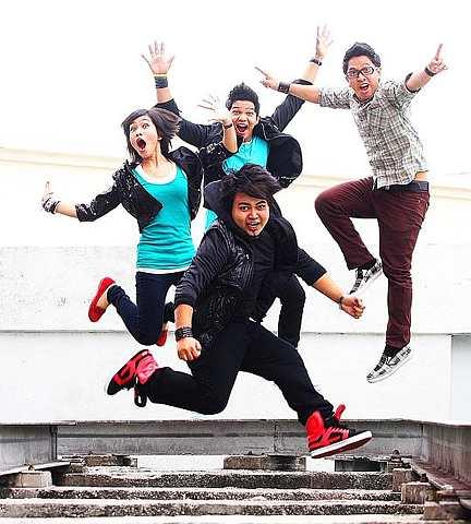 Nad (kiri), Alif, Daus dan Shah (depan) gembira dengan lamaran KRU Studios. - Foto oleh RAYMOND OOI