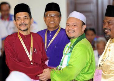 Dr Ahmad Sohaimi Lazim (kiri) bersalaman dengan Mohd Azam Abd Samat (dua, kanan) ketika menyerahkan borang pencalonan pilihan raya Kecil DUN Sungai Limau ketika tiba di Pusat Penamaan calon di Dewan Dato Madi, yan di Yan pada Rabu. Foto BERNAMA