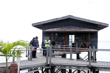 Polis menjalankan siasatan di villa tempat kejadian di mana Chang diculik pada awal pagi Jumaat.  Foto Oleh: NORMIMIE DIUN/THE STAR.