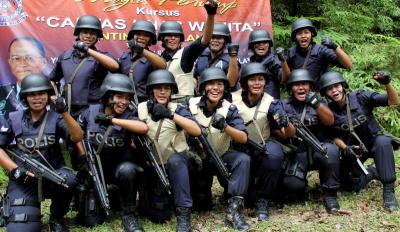 Seramai 13 anggota Polis Diraja Malaysia (PDRM) Kontinjen Selangor termasuk tiga pegawai dan 10 anggota pelbagai pangkat menamatkan kursus selama lapan hari semasa Majlis Penutup Kursus Cantas Khas Wanita di Lapang Sasar Pusat Latihan Pasukan Gerak Am Ulu Kinta, Ipoh, Ahad. Ketua Polis Selangor Datuk Mohd Shukri Dahlan hadir dalam majlis penutupan kursus tersebut. -fotoBERNAMA