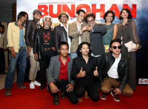 Dain Said bersama barisan pelakon-pelakon 'Bunohan'. Foto GLENN GUAN