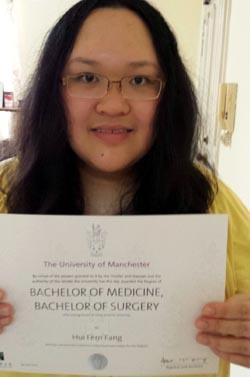 Dr Fang menunjukkan Ijazah yang diperolehinya dari Universiti Manchester, United Kingdom.