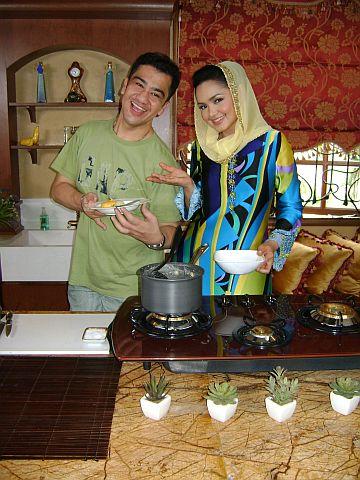 Chef Zam dan 'protegenya' Datuk Siti Nurhaliza menjayakan program masakan ini dengan berkesan sekali. -foto mStar