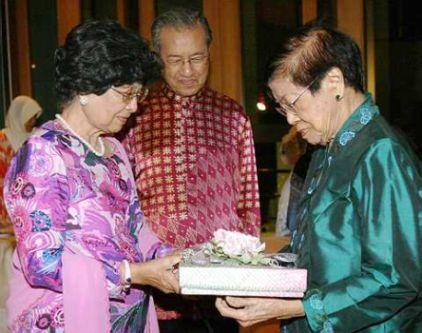 DR. SITI Hasmah Mohd Ali (kiri) menyampaikan cenderamata kepada Dr. Salma Ismail dengan diperhatikan oleh Dr. Mahathir Mohamad. - foto The Star oleh MOHD SAHAR MISNI