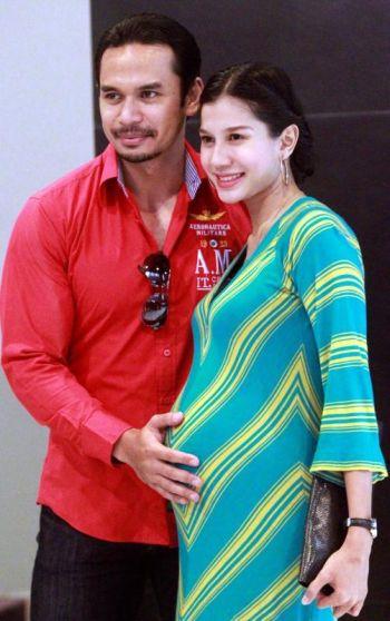Memey dan Norman tidak sabar menanti kelahiran anak pertama mereka pada Februari depan. - Foto oleh IBRAHIM MOHTAR