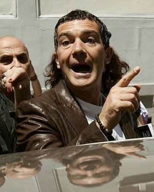 Pelakon dan Direktor filem Sepanyol, Antonio Banderas beredar selepas menghadiri sidang media mengenai filem terbarunya 'Dia Roto' pada Festivel Filim Malaga ke-12 di selatan Sepanyol - foto REUTERS
