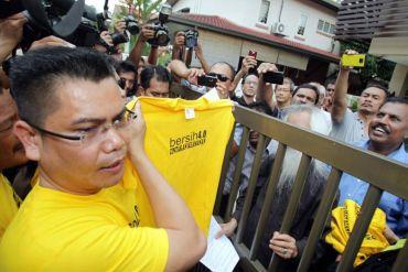 Jamal (kiri) menyerahkan memorandum kepada Ambiga menerusi Pengerusi Bersama Bersih, Datuk A. Samad Said dan Datuk Hishamuddin Rais. Foto THE STAR oleh AHMAD IZZRAFIQ ALIAS