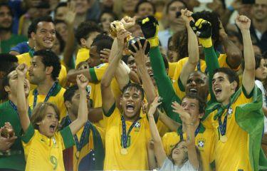 Pemain Brazil, Neymar (tengah) menjulang trofi selepas pasukan itu menjuarai Piala Konfederasi dalam perlawanan akhir antara Brazil dan Sepanyol di Stadium Maracana di Rio de Janeiro, Brazil pada awal pagi Isnin. Foto AP