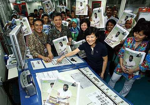 Pengarah Urusan Kumpulan dan Ketua Pegawai Eksekutif Star Publications Datin Linda Ngiam (dua dari kanan) menekan butang selepas perasmian percetakan pertama di kilang percetakan, Star hub, Shah Alam. Turut serta adalah Ketua Pengarang Kumpulan The Star, Datuk Seri Wong Chun Wai (dua dari kiri) dan Pengarang Bersekutu mStar, Rozaid A.Rahman (kiri) dan Timbalan Pengarang mStar, Faridah Hitam (tengah). - Foto oleh AZMAN GHANI