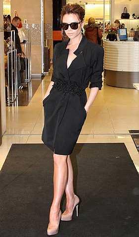 Victoria Beckham memasuki sebuah gedung membeli-belah di Moscow, Rusia pada 25 Mac lalu. Victoria merasmikan sebuah butik di situ. - Foto AFP