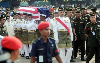 Anggota tentera mengusung jenazah anggota pasukan Batalion Malaysia (Malbatt 5) Rosdi sebaik tiba di Pangkalan Tentera Udara Diraja Malaysia (TUDM) Subang. - FotoBERNAMA