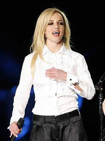 Britney Spears membuat persembahan dengan Madonna (tiada dalam gambar) semasa lawatan kunjungan