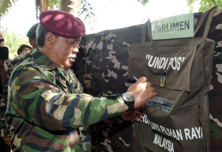 Panglima Angkatan Tentera, Jeneral Tan Sri Zulkifeli Mohd Zin ketika membuang undi pos sempena Pilihan Raya Umum Ke-13 (PRU13) di Kampung Tanduo di Lahad Datu pada Sabtu. -Foto BERNAMA