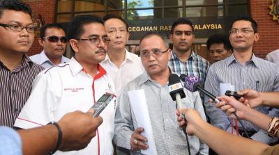 Mursyidul Am Kumpulan TIBAI, Zahid Md Arip (lima, kiri) bersama ahli-ahli TIBAI pada sidang akhbar sebelum membuat laporan kepada Suruhanjaya Pencegahan Rasuah Malaysia (SPRM) di Putrajaya berhubung kenyataan pengarang portal Malaysia Today, Raja Petra Kamaruddin yang mendedahkan Datuk Seri Anwar Ibrahim telah mengarahkan kes rasuah jutaan ringgit membabitkan Setiausaha Sulitnya, Mohamed Azmin Ali ditutup ketika beliau menjadi Timbalan Perdana Menteri. -fotoBERNAMA
