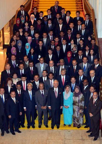 Perdana Menteri Datuk Seri Najib Tun Razak (tengah) dan Timbalan Perdana Menteri Tan Sri Muhyiddin Mohd Yassin bersama menteri-menteri kabinet serta peserta-peserta Felo Perdana pada majlis penyerahan peserta program felo perdana di Bangunan Parlimen di Kuala Lumpur pada Isnin. Foto RAJA FAISAL HISHAN / THE STAR