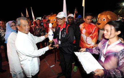 Timbalan Perdana Menteri Tan Sri Muhyiddin Yassin yang juga Menteri Pendidikan menyampaikan replika pin boling kepada ketua kontinjen ketika beramah mesra dengan kontinjen-kontinjen bertanding selepas merasmikan Sukan Institusi Pendidikan Malaysia (SIPMA) Kelima di Kolej Matrikulasi Pahang dekat Kuantan malam Ahad. SIPMA 2013 ini berlangsung dari 15 hingga 22 November ini. -Foto BERNAMA.