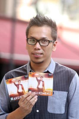 Sammy Simorangkir menunjukkan cekera padat album solo terbarunya.