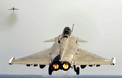 Gambar fail jet pejuang Rafale pada 29 Mac 2011 yang diambil oleh Tentera Perancis. Kerajaan India memutuskan untuk membeli Rafale buatan Perancis itu pada harga AS$12 bilion. - AP
