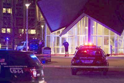 Polis mengepung salah sebuah bangunan di MIT.
