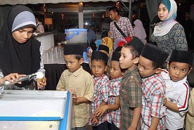 Amalan bersedekah dan memberi makan kepada golongan miskin serta anak-anak yatim mendapat ganjaran pahala yang besar pada bulan Ramadan. - Gambar hiasan.
