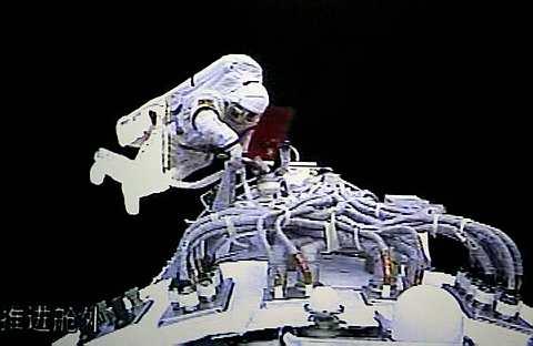 RAKAMAN video menunjukkan Zhai Zhigang berjalan di angkasa lepas hari ini. - AP