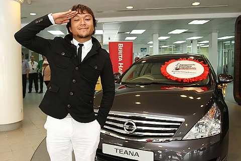 Shaheizy Sam bersama Nissan Teena yang dimenanginya Foto BRIAN MOH