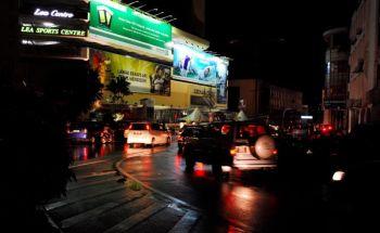 Bandaraya Kuching bergelap disebabkan bekalan elektrik terputus di seluruh Sarawak sejak petang Khamis. - fotoBERNAMA