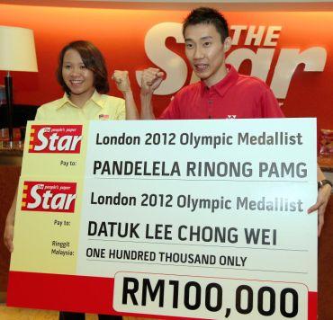 Chong Wei (kanan) dan Pandelela bersama replika cek yang disumbangkan oleh The Star.