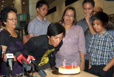 George disambut keluarga dengan kek hari jadi sebaik tiba di KLIA