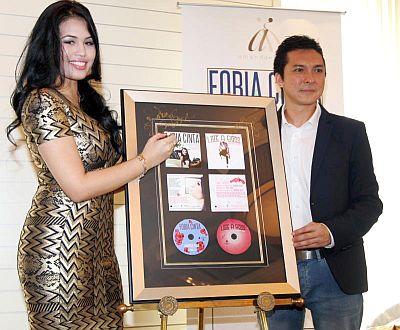 Amanda (kiri) bersama Pengarah Urusan Warner Music, Darren Choy.