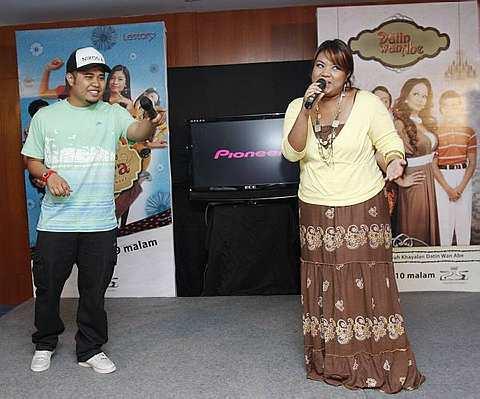 Adeep dan Dina ketika berduet lagu tema drama bersiri Datin Wan Abe. -foto The Star oleh NORAFIFI EHSAN