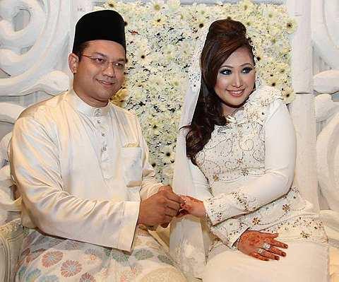Azwaliza Azman, 30, hari ini sah menjadi isteri selepas diijabkabulkan dengan Kadir Rashid, 32,