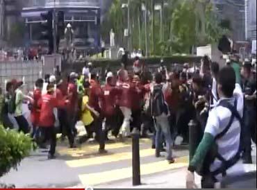 Rakaman video menunjukkan sekumpulan perusuh merempuh benteng polis di KLCC.