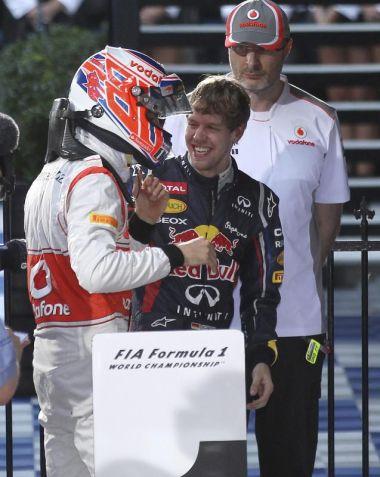 Sebastian Vettel (kanan) mengucapkan tahniah kepada pemandu McLaren, Jenson Button selepas memenangi Grand Prix Australia, petang Ahad.