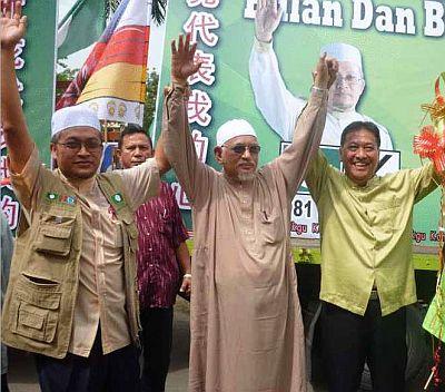 Datuk Seri Abdul Hadi Awang (tengah) menzahirkan sokongannya terhadap Dr Hamzah Jaafar (kiri) dan calon Bebas DUN Damak and Koh Boon Heng (kanan).
