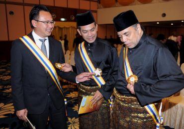 (Dari kiri) Datuk Ong Kim Swee, Datuk Rosyam Nor dan Datuk Ramli Sarip bersama anugerah pingat Darjah Pangkuan Seri Melaka (DPSM) yang diterima pada Ahad.