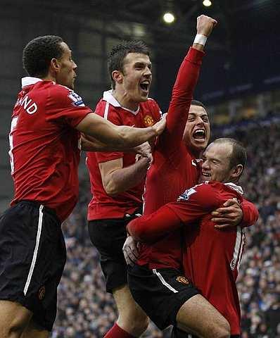 Hernandez (dua dari kanan) muncul wira United apabila menjaringkan gol kemenangan pasukan itu pada Sabtu.