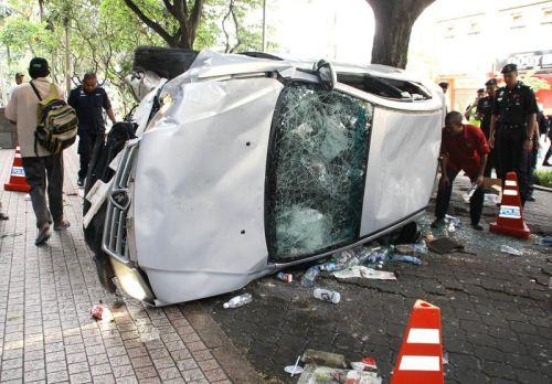 Kereta polis rosak teruk selepas diserang sekumpulan perusuh. Foto SHAHRUL FAZRY ISMAIL/The Star