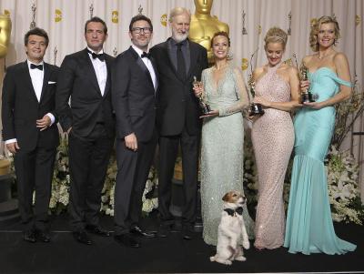 Barisan pelakon dan tenaga produksi filem The Artist meraikan kemenangan filem itu pada Anugerah Academy ke-84 pada malam Ahad.