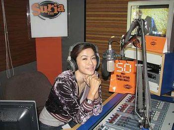 Linda yang ditemui di konti Suria FM semalam, yakin kebenaran akan terbukti kelak. - Foto ihsan AMIN AIZZUDDIN MAHARAM (Suria FM)