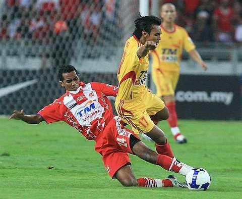 KETUA pasukan Selangor Mohd Amri Yahyah (kanan) diasak pemain Kelantan Zairul Fitree Ishak (kiri) ketika perlawanan Akhir Piala FA di Stadium Nasional malam tadi. Amri menjaringkan gol penyamaan pada masa tambahan. --fotoBERNAMA