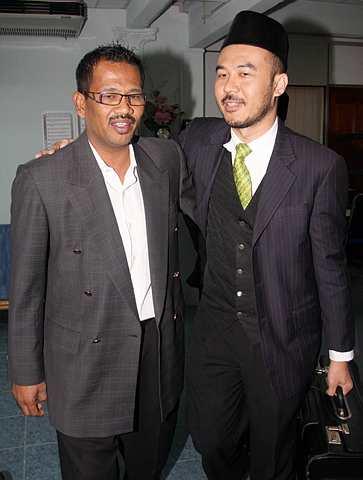 Nash bersama peguamnya, Amli Embong di Mahkamah Rendah Syariah Gombak Timur, hari ini.